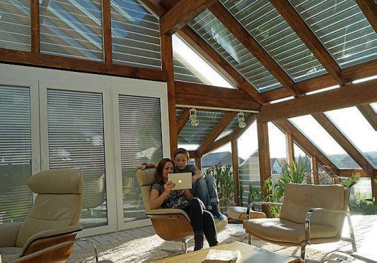 Wintergarten lässt sich im Hochsommer ein kühler Kopf bewahren, wenn die Glasscheiben mit modernen Beschattungslösungen geschützt werden.Bild: djd/Schanz Rollladensysteme