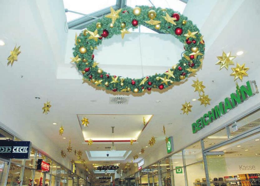Ein Sternenhimmel mit Adventskränzen schmückt die Decke der Pinneberger Rathauspassage