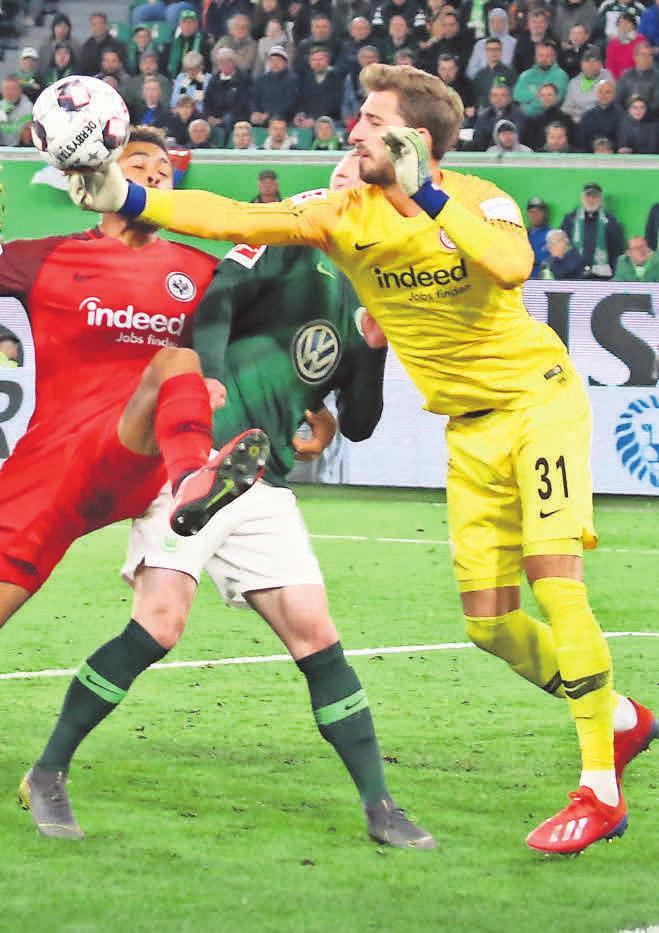 Start gegen Arsenal: Kevin Trapp (r.) und Eintracht Frankfurt. FOTOS: ROLAND HERMSTEIN/BORIS BASCHIN/IMAGO IMAGES BELGA/228982535