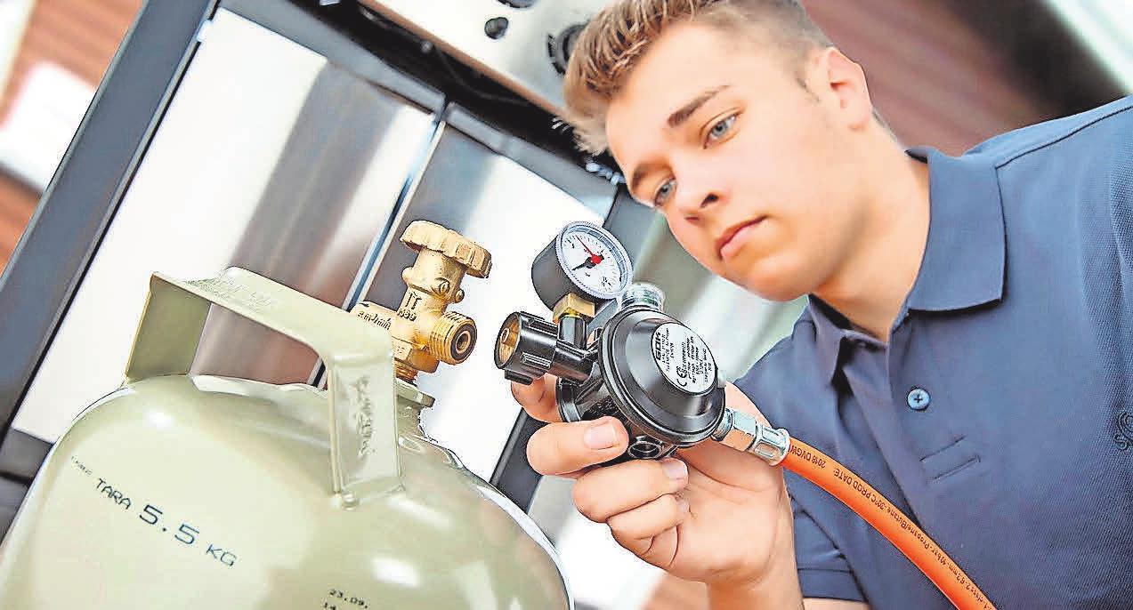 Gasgriller sollten regelmäßig ihr Gerät und die sogenannte Peripherie überprüfen – also Druckregler, Schlauchleitung und Anschlüsse. Foto: djd/GOK Regler- und Armaturen-Gesellschaft mbH & Co. KG/ Werbestudio S-G