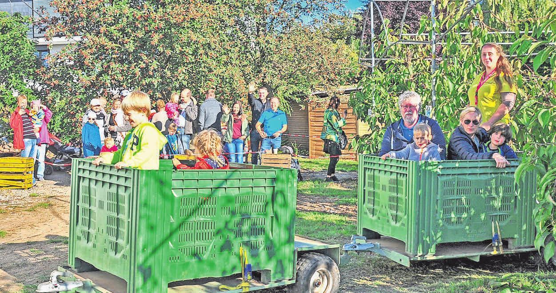Beim Regionsentdeckertag auf dem Hof der Familie Hahne können Kinder in Obstkisten durch die Plantage fahren Fotos: Stephanie Zerm (3)