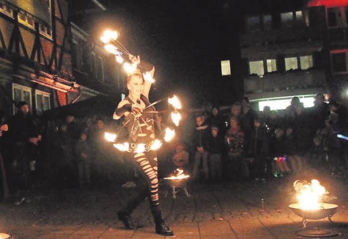 Feuerkünstlerin Luna liefert eine atemberaubende Show vor dem Alten Krug.
