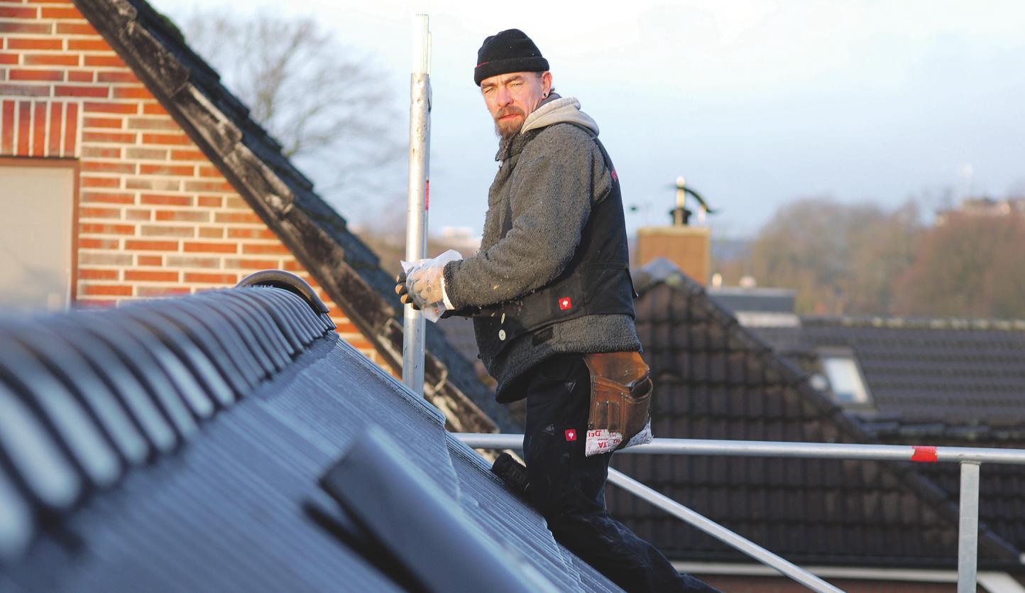 Nach einem Orkan können schon einmal Dachziegel stark beschädigt sein: Uwe Roggenbuck kontrolliert oben am First des Gebäudes die Abdeckungen Fotos: Tina Jordan
