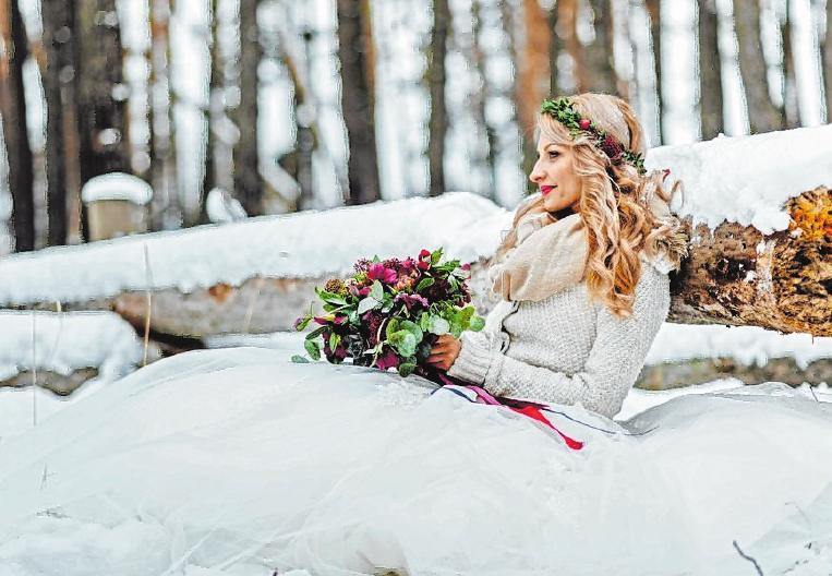 Ja-Wort im Schnee: Winterhochzeiten werden mit ihrer besonders besinnlichen und kuscheligen Atmosphäre immer beliebter. FOTO: DJD/HENKELL FREIXENET/ISTOCKPHOTO/WOLFHOUND911