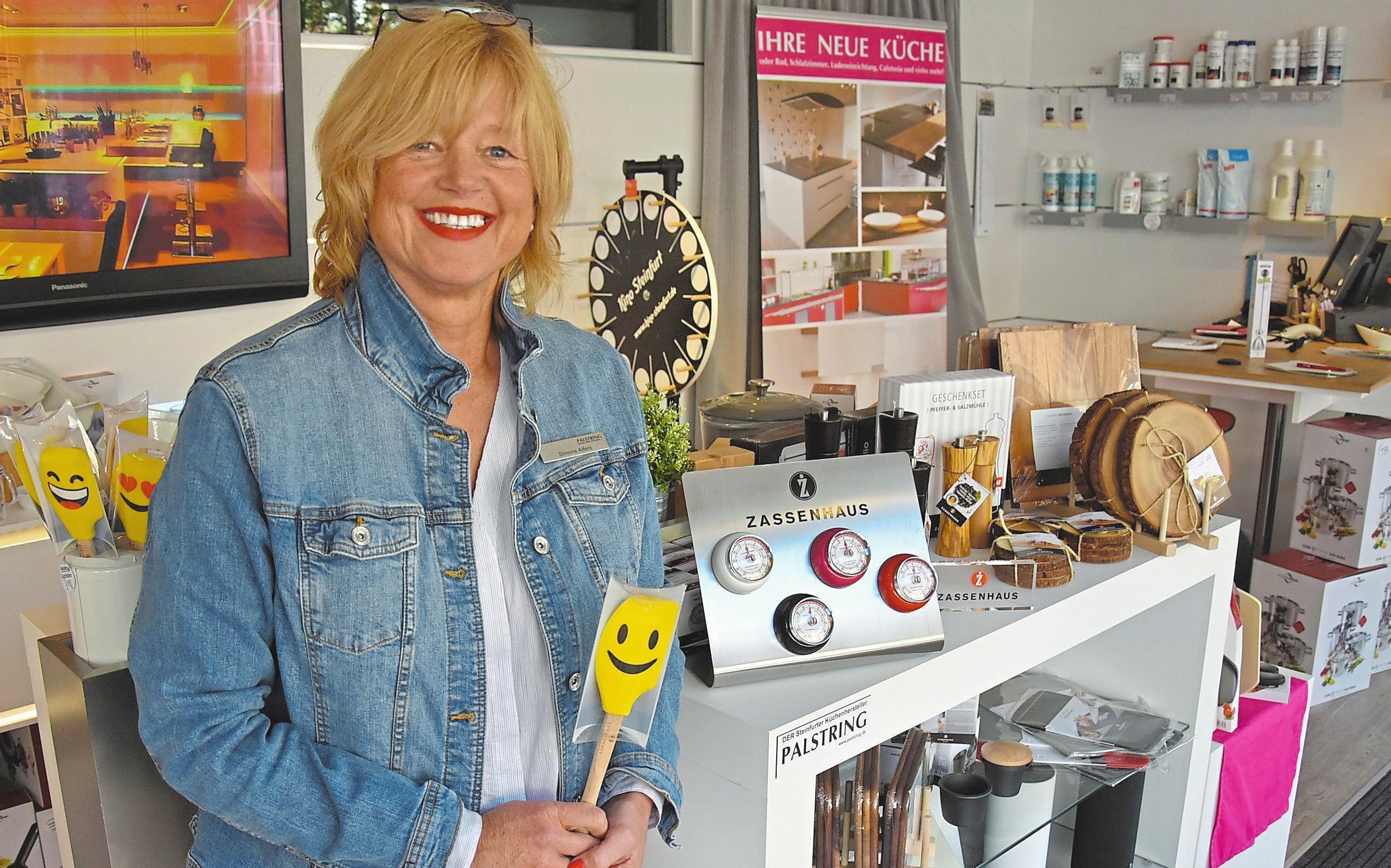 Von den hochwertigen Produkten des Herstellers Zassenhaus ist nicht nur Showroom-Mitarbeiterin Simone Alfers überzeugt, sondern bereits auch viele ihrer zufriedenen Kunden.