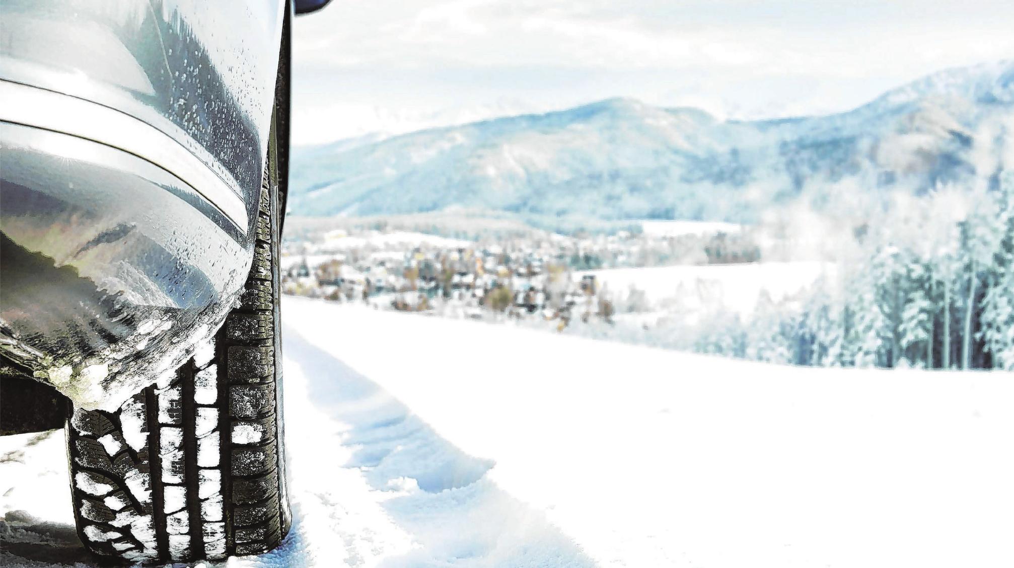 Auf winterliche Straßenverhältnisse sollten sich Autofahrer rechtzeitig einstellen - wer einen Urlaub in alpinen Regionen plant, muss sich ohnehin ganz besonders wappnen. Foto: djd/www.garantie-direkt.de/magdal3na - stock.adobe.com