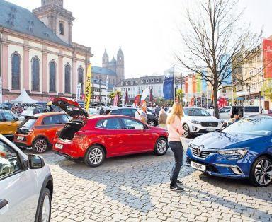 Auf dem Marktplatz können die neuesten Modelle von fünf lokalen Autohäusern begutachtet werden. FOTO: B. BERTRAM/FREI