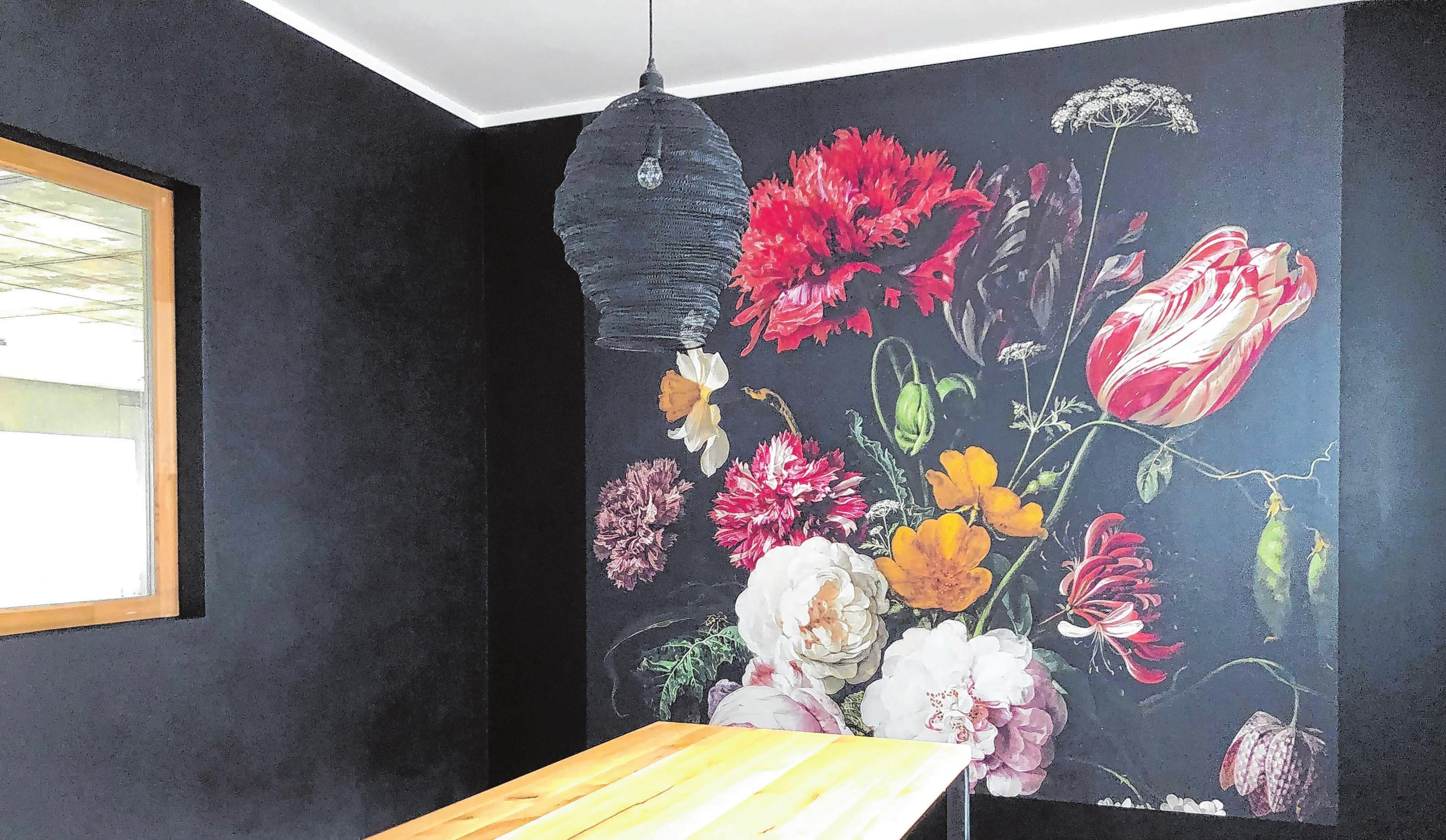 Ein Hingucker in Südtirol: Die blumige Tapete brachte Jan Schulz auf Kundenwunsch im Hofladen eines Bauernhofs an. Fotos: Jan Schulz/JS Color