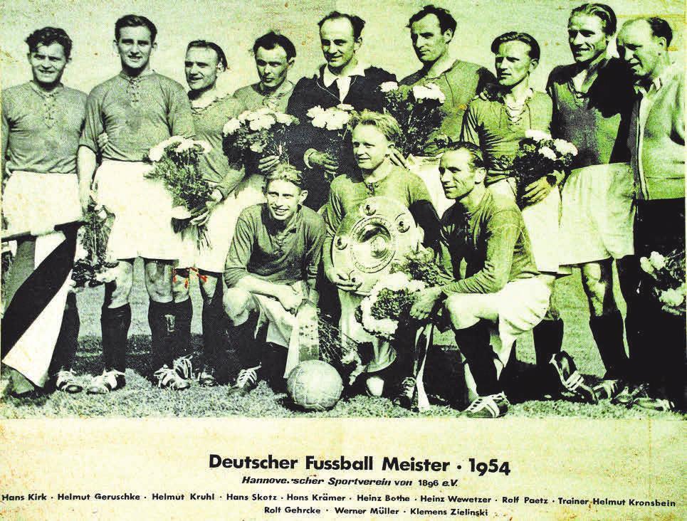 Gruppenfoto mit Salatschüssel: Hannover 96 bezwingt den 1. FC Kaiserslautern 1954 mit 5:1 – und sichert sich die bis heute verwendete Meisterschale. Kapitän Werner Müller hält die Trophäe stolz in den Händen. Links neben ihm: Rolf Gehrcke, bis heute regelmäßiger Gast im Stadion. Hinten rechts: Trainer Kronsbein. imago