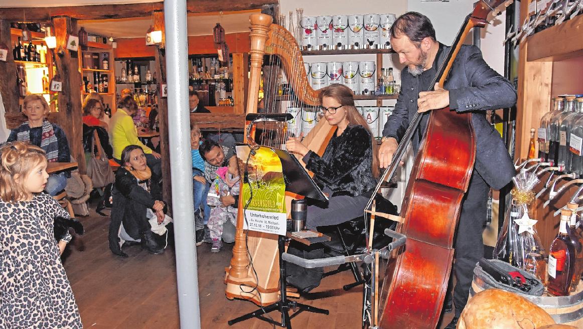 """Miss Sophy & The Groove"""", Sophia Weinberger und Tobias Hümpfner werden am Samstag, 7. Dezember, von 19 bis 21 Uhr im Hof des Altstadthotels aufspielen. FOTO: ULRIKE LANGER"""