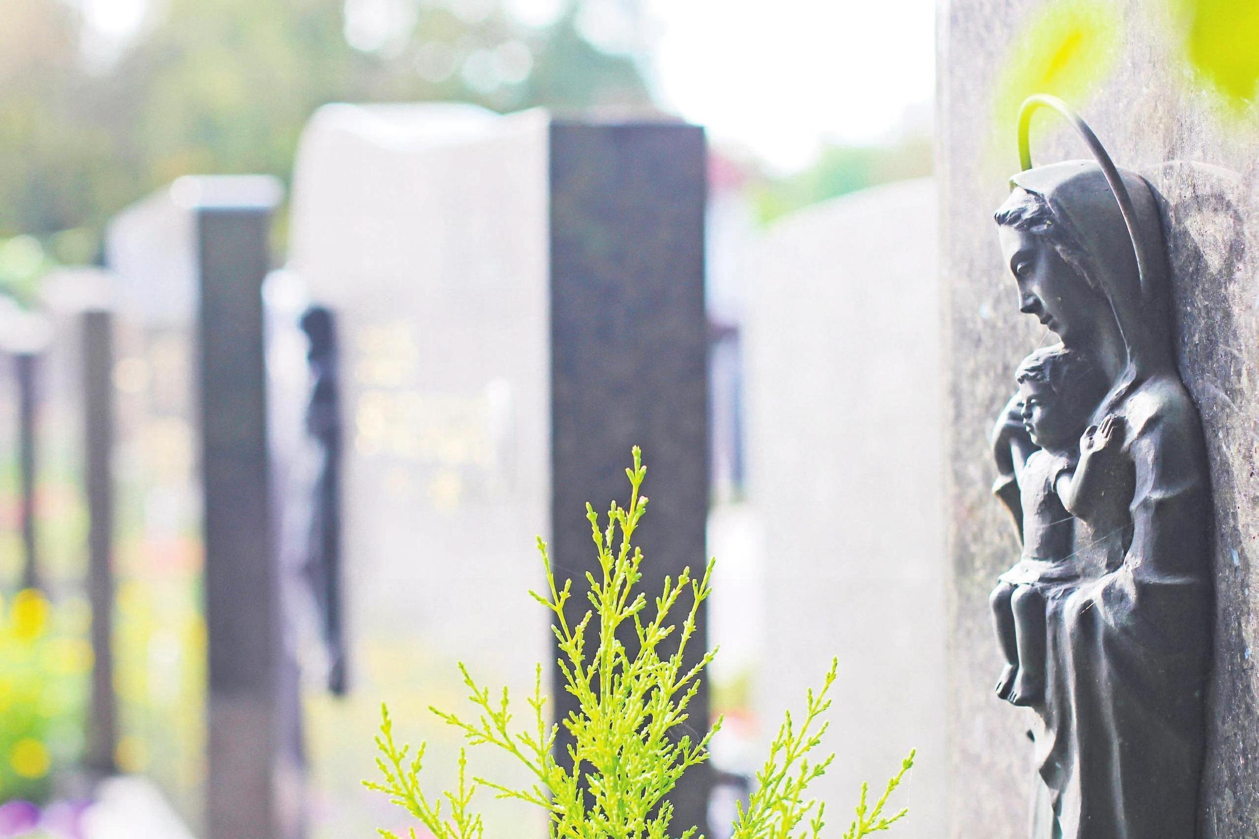 Die Grabbepflanzung gehört zu den wichtigsten Leistungen von Friedhofsgärtnern. Foto: as/RAM