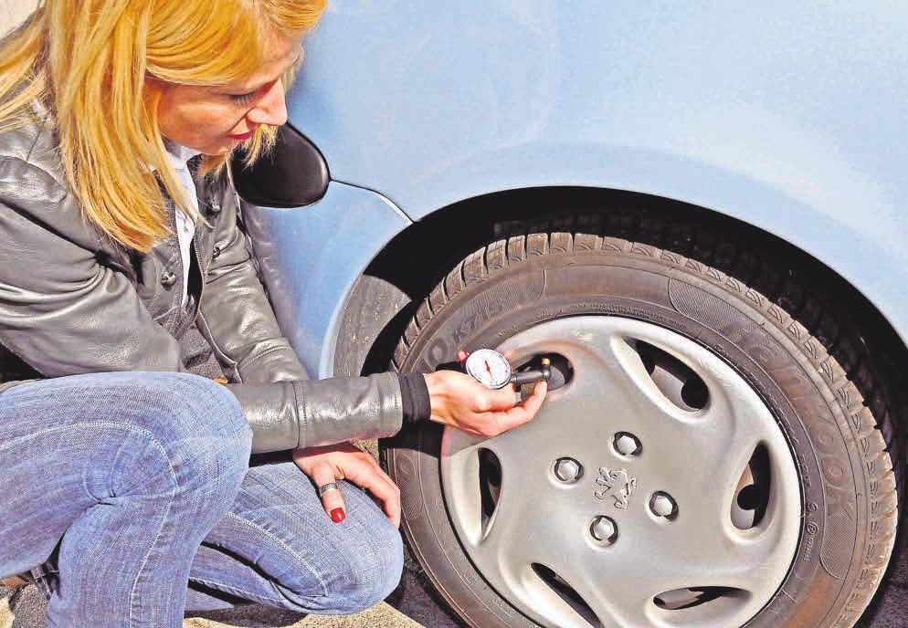 Vor der Reise muss der Reifendruck überprüft und gegebenenfalls angepasst werden. Foto: GPÜ/pixelio.de