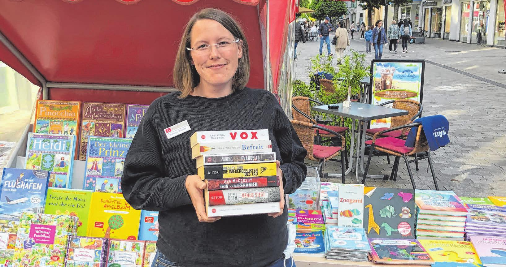 Patricia Bühler von Buch Greuter steckt schon mitten in den Vorbereitungen für den Bücher Schnäppchen Markt zum verkaufsoffenen Sonntag FOTO: BUCH GREUTER