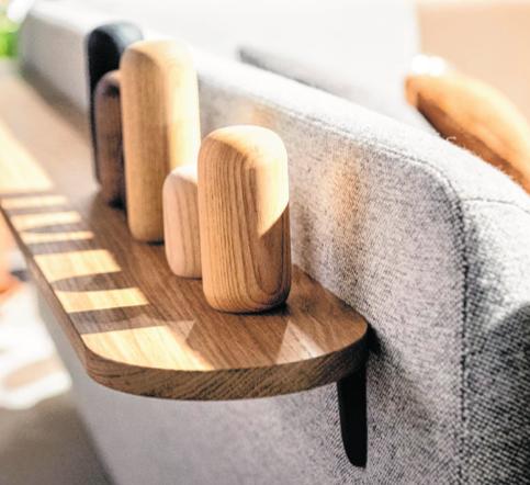 Ein Möbel kann nicht mehr nur ein einziges Möbel sein: Viele Hersteller gestalten etwa die Rückseiten der Sofas mit Mehrwert aus. Beim Artifort findet sich dort eine kleine Ablage. BILD: FRANZISKA GABBERT/DPA-TMN