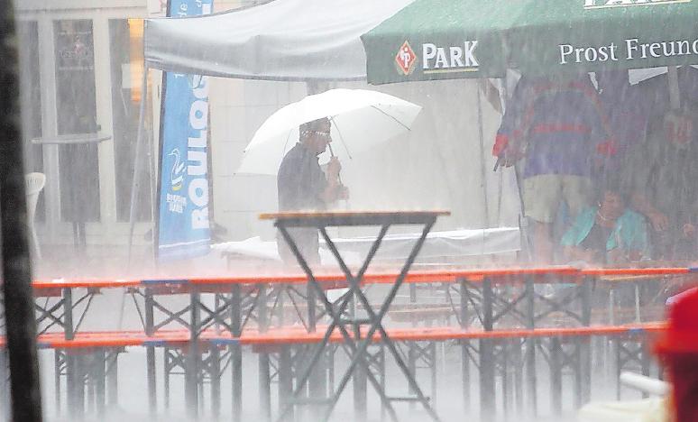 Auch das gab's: Starkregen zum Auftakt 2010.ARCHIVFOTO: STEINMETZ