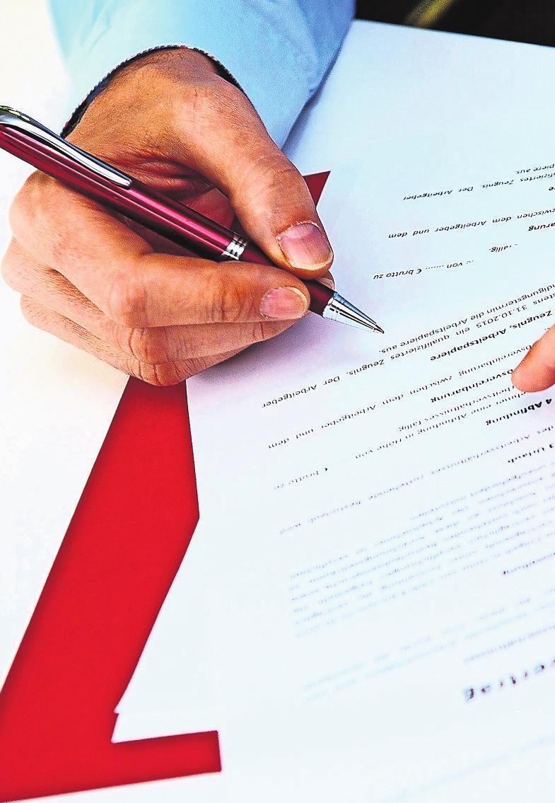 Ein Miet- oder Kaufvertrag sollte sorgfältig gelesen werden. Bei Fragen können Immobilienmakler ihren Kunden behilflich sein. Foto: dpa/Andrea Warnecke<div><br></div>