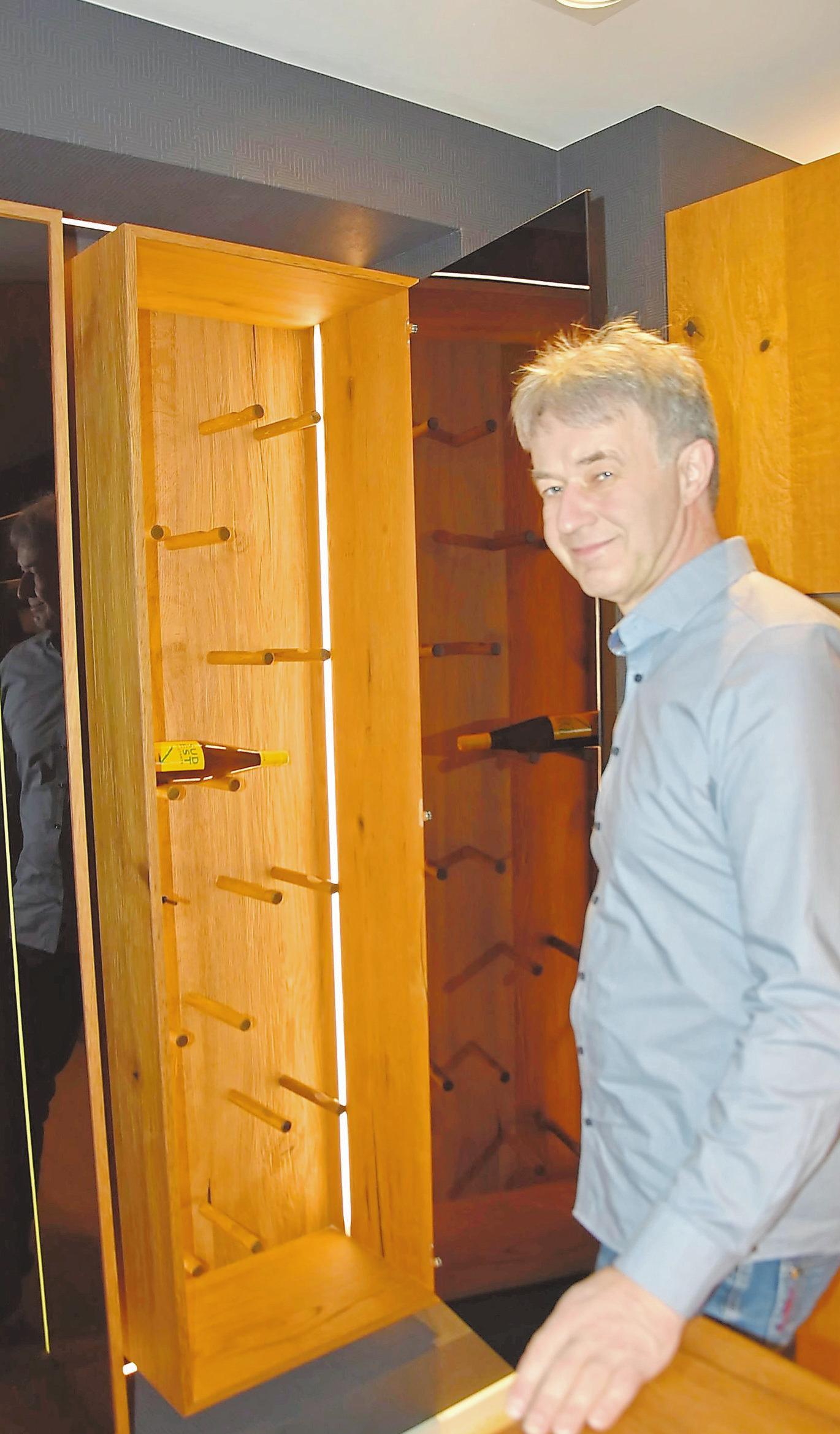 Zur neuen Ausstellungsküche gehört auch ein von Palstring konzipiertes Weinregal.