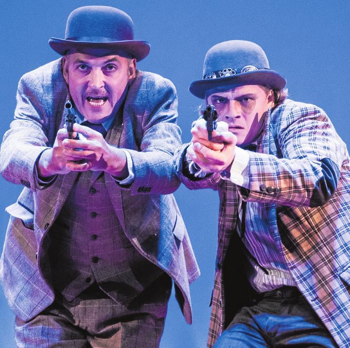 Baskerville ist eine Krimi-Komödie des Altonaer Theaters von Ken Ludwig nach dem Roman des Sherlock-Holmes-Erfinders Arthur Conan Doyle. Der berühmte Detektiv ist zusammen mit Dr. Watson auf der Pirsch nach einem blutrünstigen Höllenhund.Foto: Baraniak/Altonaer Theater