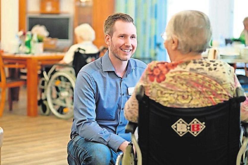 Der Pflegebereich bietet viele Karrieremöglichkeiten. Foto: djd
