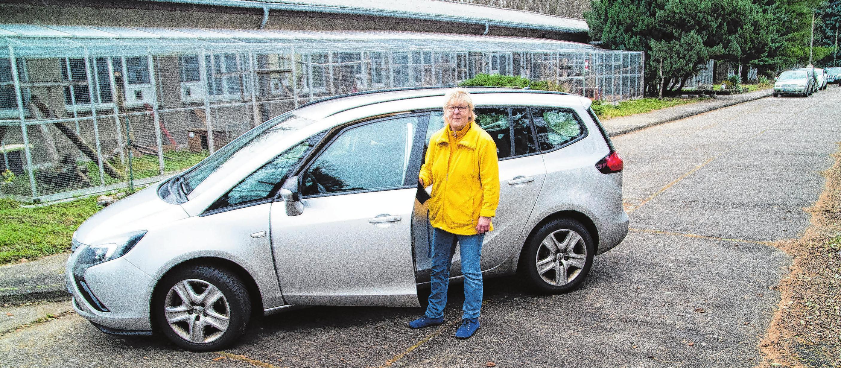 Die stellvertretende Tierheimleiterin Katrin Wilhelm zeigt stolz den gespendeten Opel Safira: Eine große Hilfe für die Ehrenamtler, da sie jetzt nicht mehr unbedingt ihr privates Auto für Vereinsfahrten, wie beim Einsammeln von Spenden, nutzen müssen.