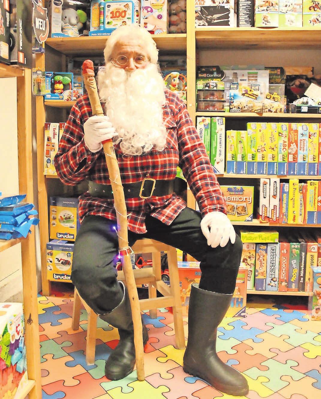 Klaus Köhler spielt für die Kyritzer Kinder gern den Weihnachtsmann. Beim Lichterfest sammelt er die Wunschzettel für die diesjährige Weihnachtsaktion ein.