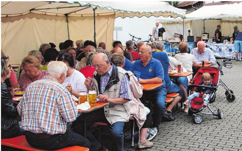 Bei Speis und Trank lässt es sich beim Musikverein Steinhofen gemütlich sitzen.