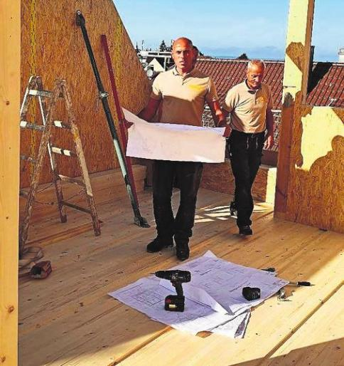 Firmeninhaber Shaban Hasametaj (li.) und seine Mitarbeiter haben langjährige Erfahrung im Holzbau.