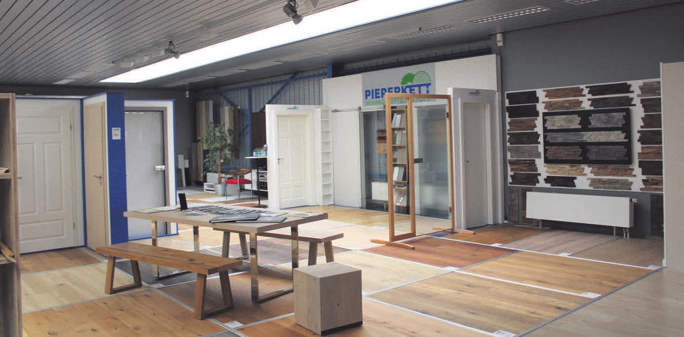 Auf der Ausstellungsfläche können die Kunden Fußböden, Türen und auch Möbel begutachten.