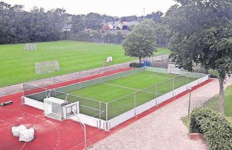 Das neue Kleinspielfeld auf dem Gelände der Oberschule Emstek wird schon kräftig genutzt. Fotos: S. Niemann