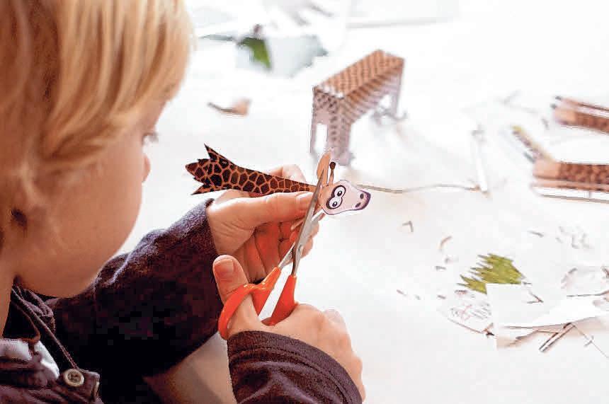 In der Stadtbücherei können Kinder hochwertige dreidimensionale Tierskulpturen aus Papier basteln.