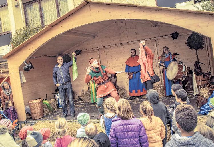 Gaukler und Musiker unterhalten die Besucher auf der Bühne am Marktplatz.