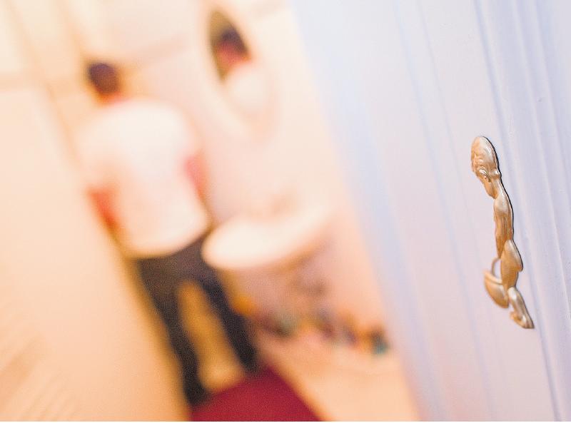 Momente auf dem stillen Örtchen: Farbe und Geruch von Urin können erste Hinweise auf Krankheiten sein – oder darauf, was man zuletzt gegessen hat.FOTO: DPA