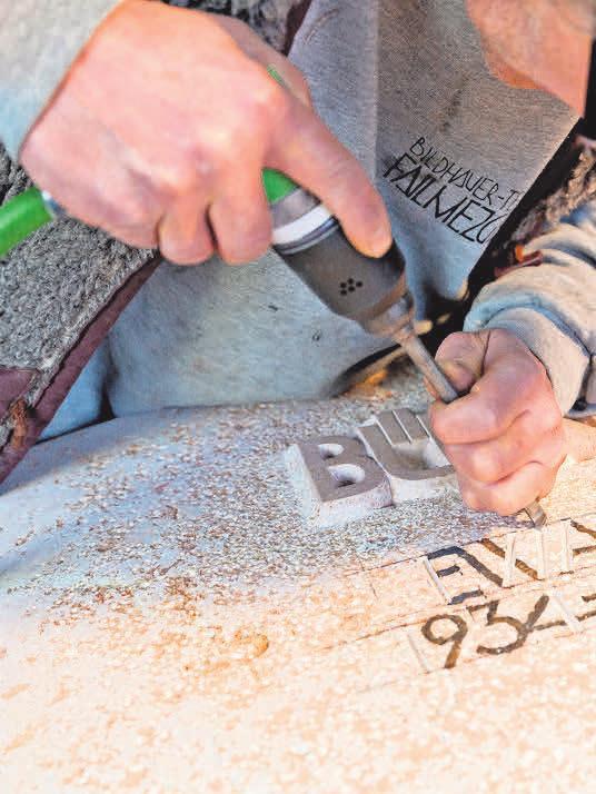 Ein Symbol der Trennung: Ein Steinmetz keilt ein Teilstück eines Grabzeichens ab. Foto: BIV Steinmetze/Richard Watzke
