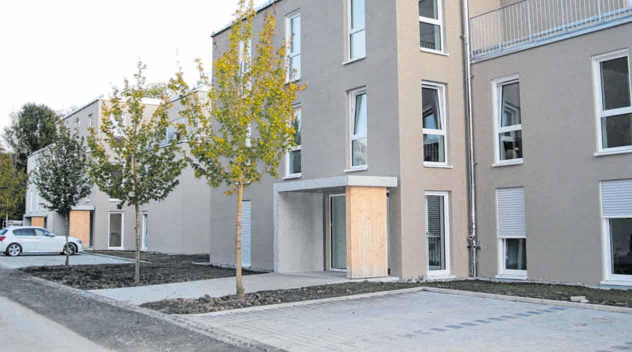 Auf den Fotos folgende Bauprojekte: oben die neue Wohnanlage in Baindt, unten links die Bauhofhalle in Baindt, daneben ein Wohn- und Geschäfthaus in Berg. FOTOS: SCHÜTZBACH GMBH
