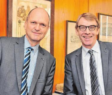 Dr. Joachim Eisert und Harald Herrmann sind stolz auf die jungen Handwerker.