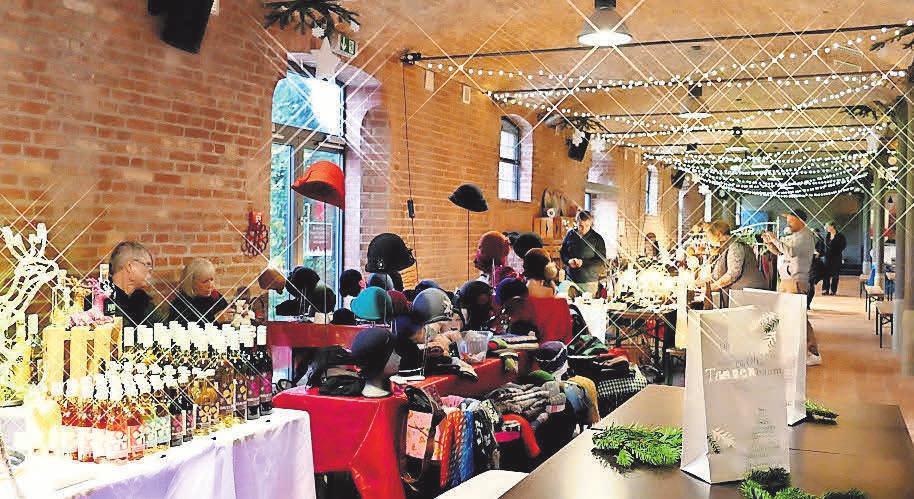 Am zweiten Advent findet ein großer Weihnachtsmarkt auf dem Landgut statt.