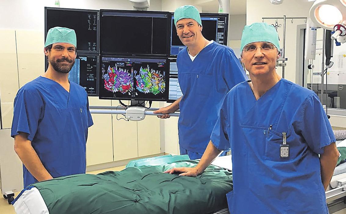 Zur Diagnose und Behandlung von Gefäßerkrankungen stehen Prof. Dr. med. Joachim Weil (rechts) und seinem Team modernste Geräte zur Verfügung.