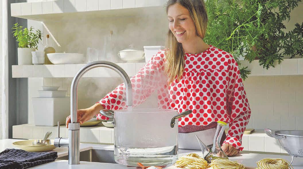 Ein Wasserhahn für alles: Clevere Lösungen für die Küche spenden kochendes Wasser auf Knopfdruck ebenso wie kühles und gefiltertes Trinkwasser – ganz nach Wunsch still oder mit Kohlensäure. Foto: djd/Quooker