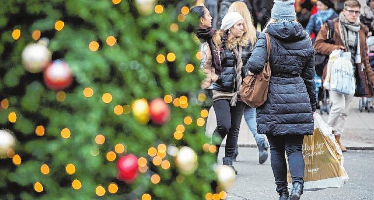 Gerade in der Weihnachtszeit gehen viele Menschen auf Einkaufstour und nutzen dabei die kompetente Beratung in den Läden. FOTO: BERND VON JUTRCZENKA, DPA