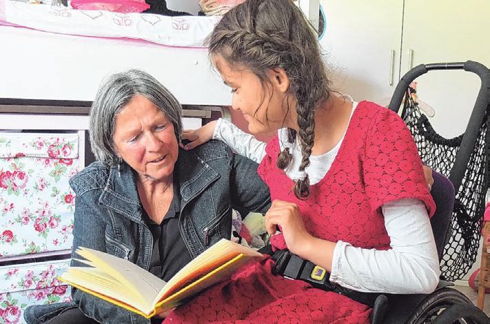Kirsten Knut, ehrenamtliche Hospizbegleiterin, besucht die schwerkranke Magdalena Paul Foto: Stefanie Langos