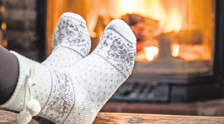 Wenn sich die Füße trotz warmer Socken im Winter kalt anfühlen, kann das ein Warnzeichen für eine Nervenschädigung sein. Foto: djd/Wörwag Pharma/Colourbox