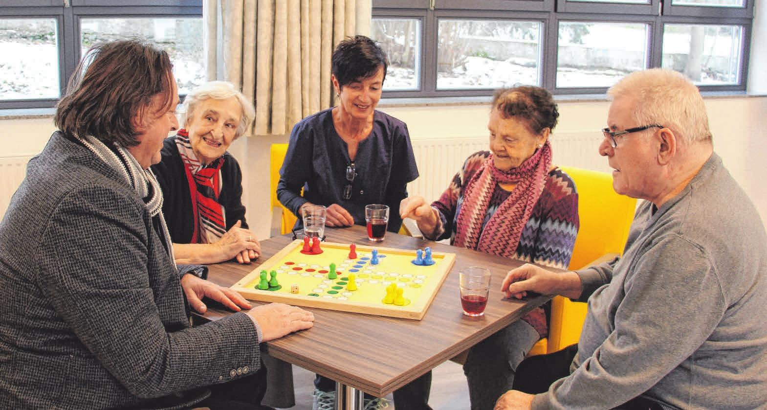 Das Personal nimmt sich viel Zeit für die Tagesgäste - etwa um zu spielen.FOTO: SCHMIDL