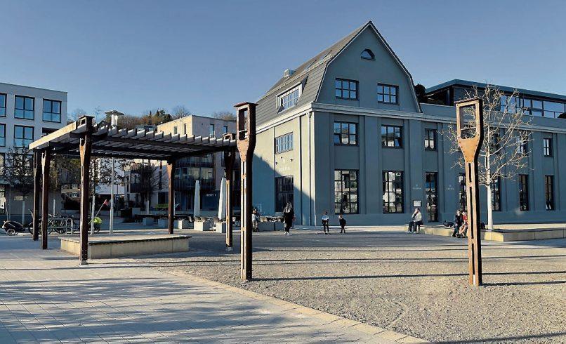 """In den vergangenen zwölf Jahren ist auf dem seit Ende der 1990er-Jahre brachliegenden Areal der Frottierweberei Egeria mit der """"Alten Weberei"""" ein lebendiges und attraktives Stadtquartier entstanden. Der großzügige, zentral gelegene Egeriaplatz lädt zumVerweilen ein. Bild oben rechts zeigt das Kinderhaus """"Alte Weberei"""". Bilder: Universitätsstadt Tübingen"""