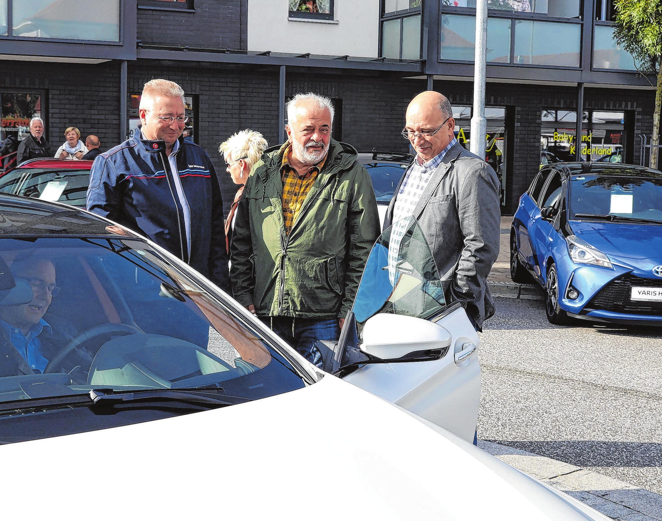 Bürgermeister Ronald Seeger, Reiner Deutschmann und Kreishandwerksmeister Michael Ziesecke schauten sich gemeinsam auf der Autoschau um. Fotos: Weber