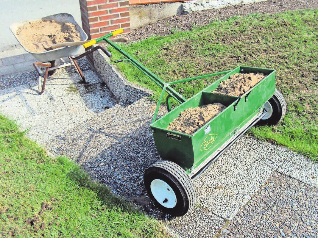 Nach dem Aerivisieren wird feiner Sand auf dem Rasen eingebracht.