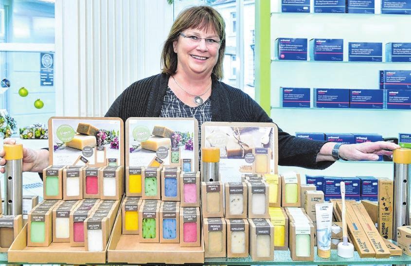 Apothekerin Ulrike Herzog-Gölz setzt auch auf Naturprodukte und vegane Produkte. Fotos: Jürgen Emmenlauer