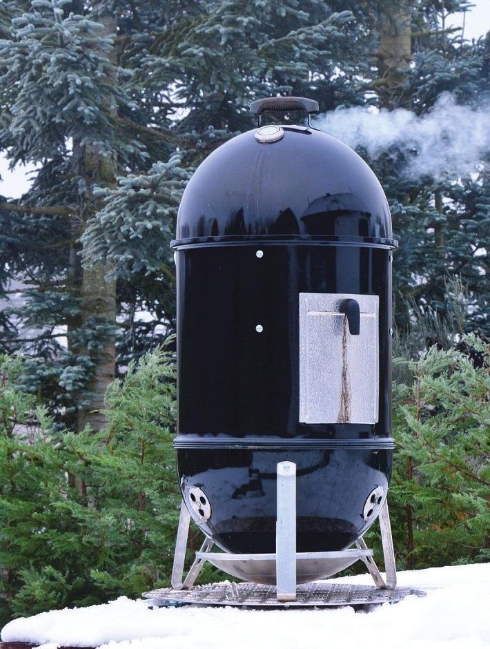 Der Smoker sorgt nicht nur für angenehme Wärme, sondern auch für lukullische Genüsse zur kalten Jahreszeit.Foto: Adobe Stock/Marco281
