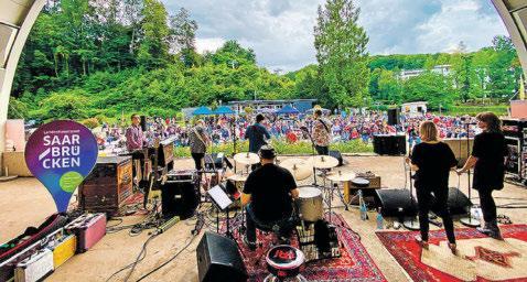 """Die beliebte Konzertreihe """"Die Muschel rockt"""" legt 2021 mit zahlreichen attraktiven Bands nach, hier mit """"Slowhand"""". Foto: Landeshauptstadt Saarbrücken"""