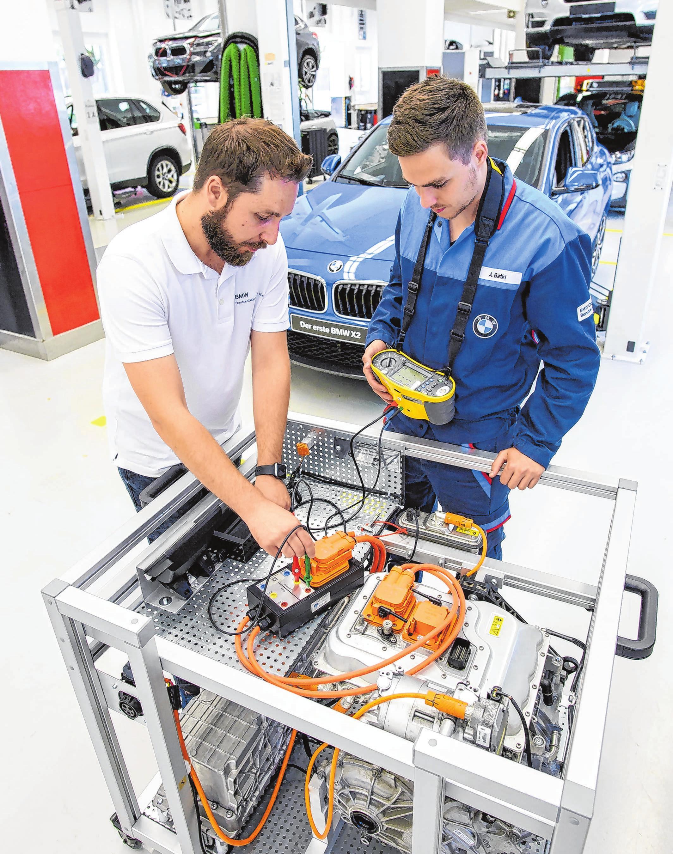 Nicht nur Diesel und Benzin: Zur Ausbildung zum Kfz-Mechatroniker gehören heute auch Elektro-Fahrzeuge. Mit diesem Gerät lernt man, wie die Fehlerdiagnose bei solchen Autos funktioniert.