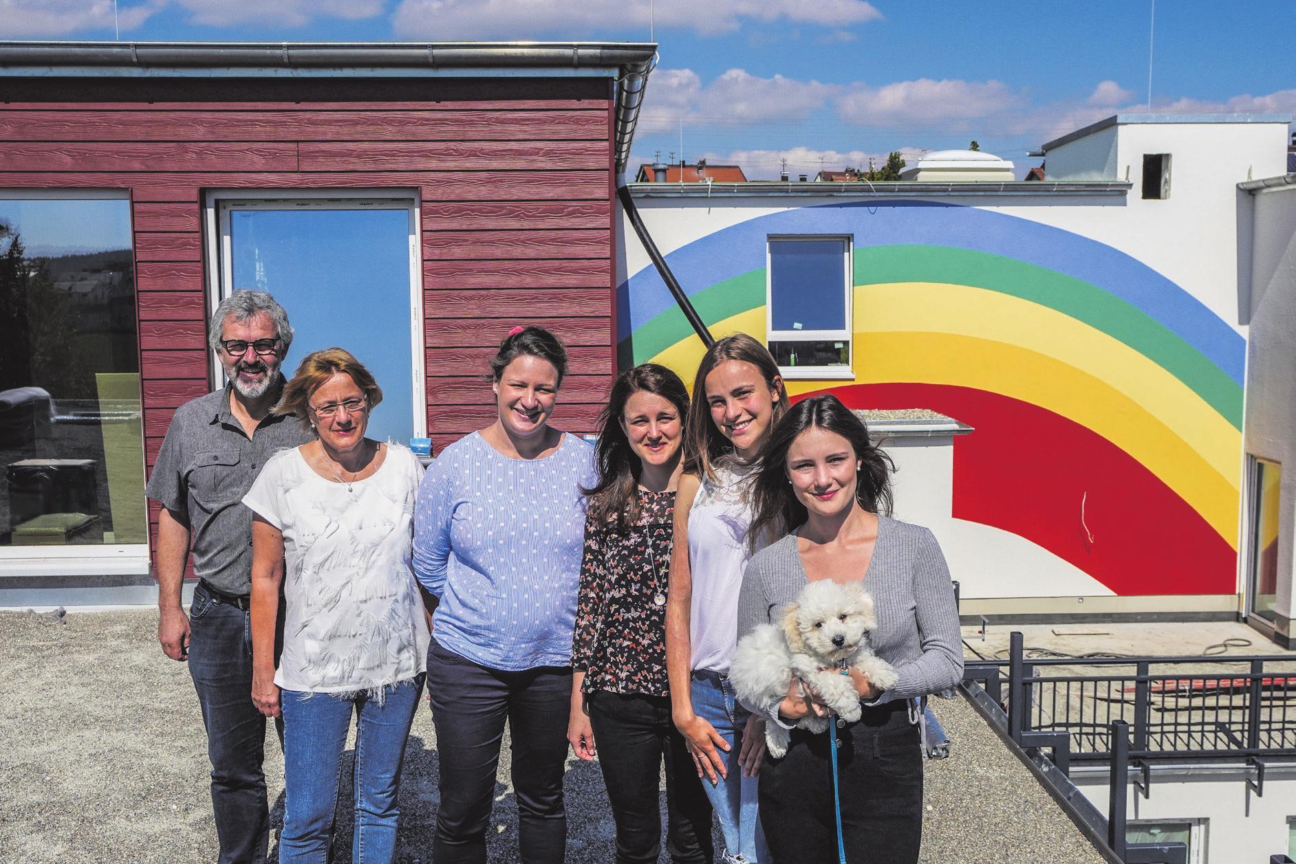 Gabriel, Katharina, Miriam, Judith, Tabea und Sophia Seckinger auf der zukünftigen Dachterrasse. Fotos: Rudi Penk